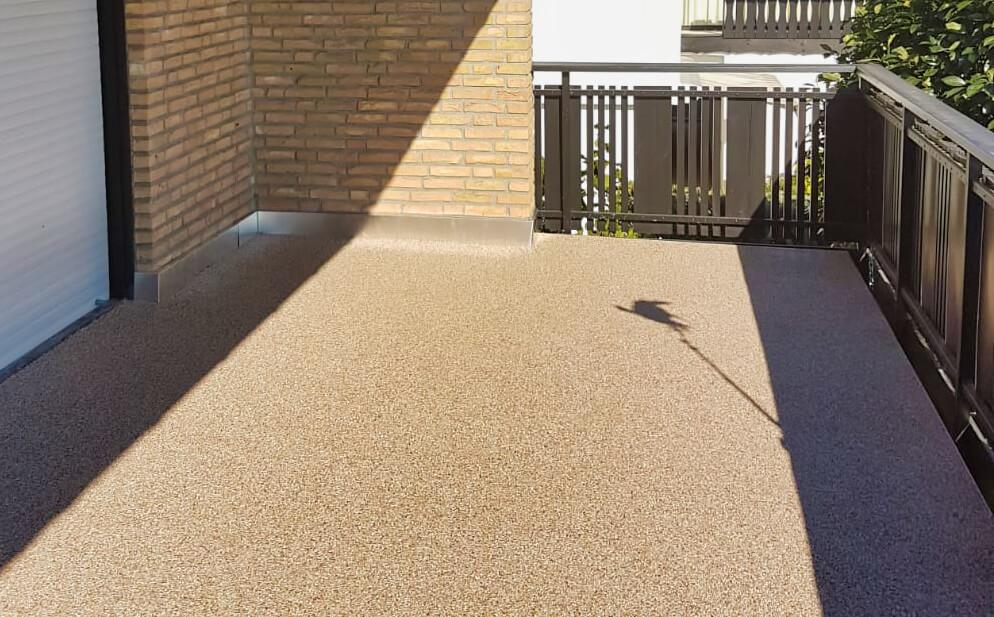 Auch Steinteppich-Beschichtungen auf dem Balkon lassen sich mit viel Wasser und einem Nasssauger sehr einfach sauber halten.